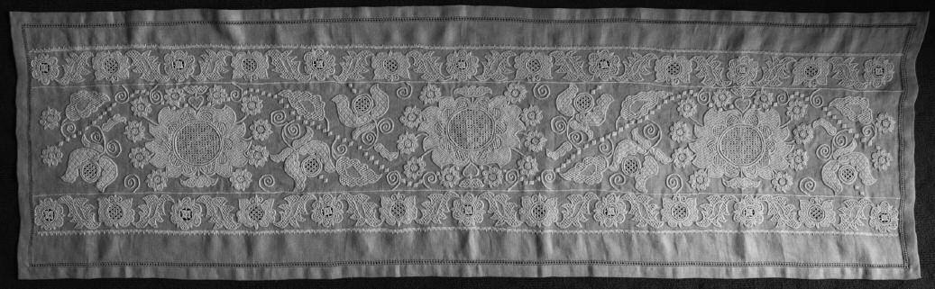 3925f5740 A fönti hímzés nyomán tervezte és kivitelezte Varga Mária, Sitke, Vas  megye, 2008 (fotó: Balogh Katalin)